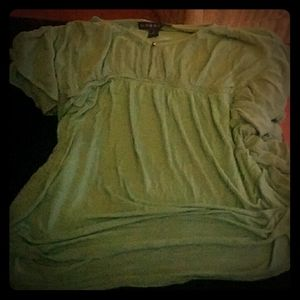Green tshirt with floppy shortleaves with a button